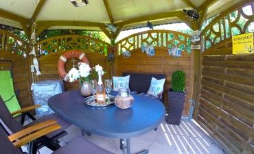 ...mit Sitzgelegenheiten, Sonnenliegen & Grill