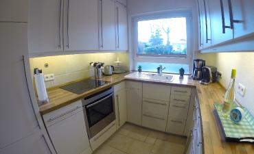 Küche mit Ausblick in den Garten